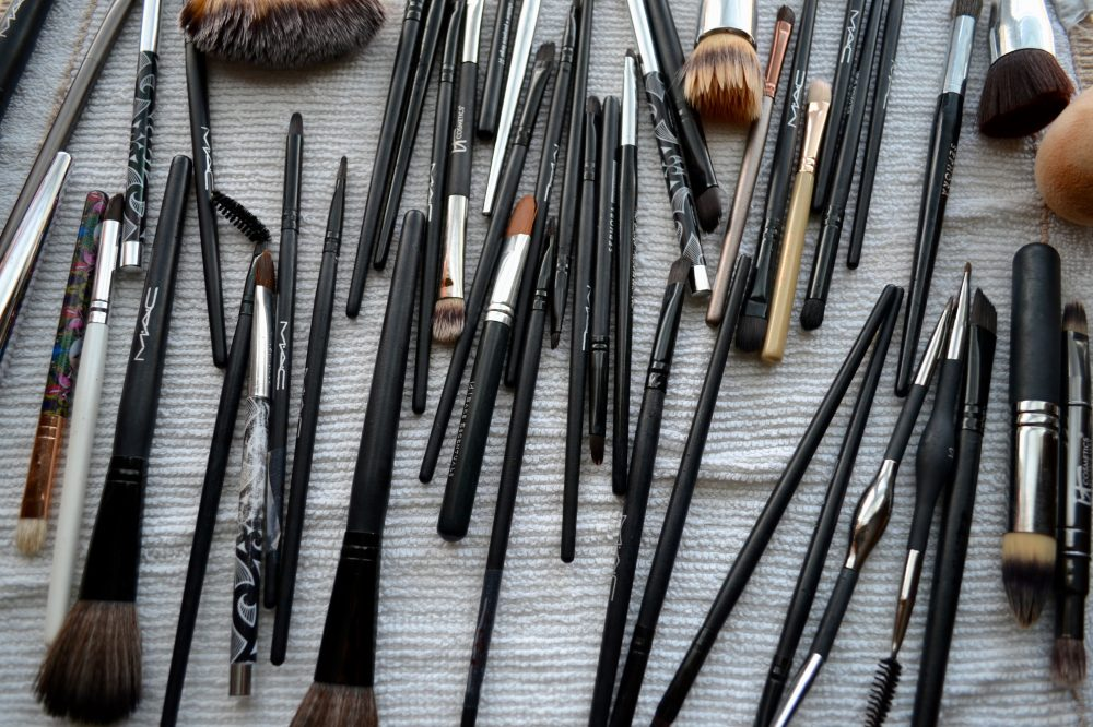 Houston beauty blogger Uptown With Elly Brown shares why you should be cleaning your makeup brushes with Tea Tree Oil. Follow this easy DIY!