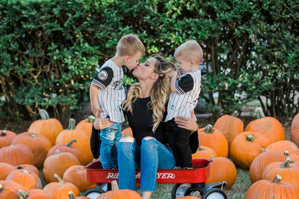 Holiday Cards with Tiny Prints | Family Pictures | Fall Family Picture Ideas | Family Pictures with kids | Uptown with Elly Brown