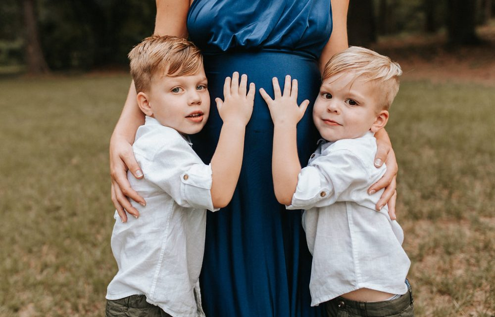 Maternity Photo Ideas with the Family by Houston fashion blogger Uptown with Elly Brown