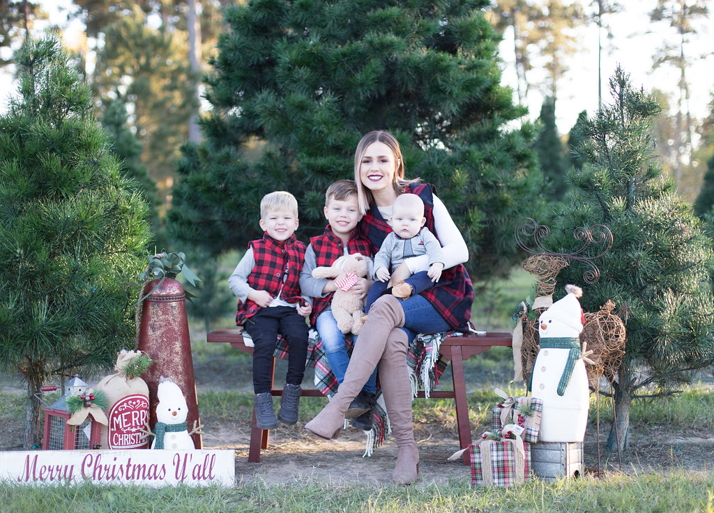 Family Holiday Photo Ideas | Holiday Family pictures | Holiday Photo Ideas with baby | Family Holiday Photo Outfit Ideas | Uptown with Elly Brown
