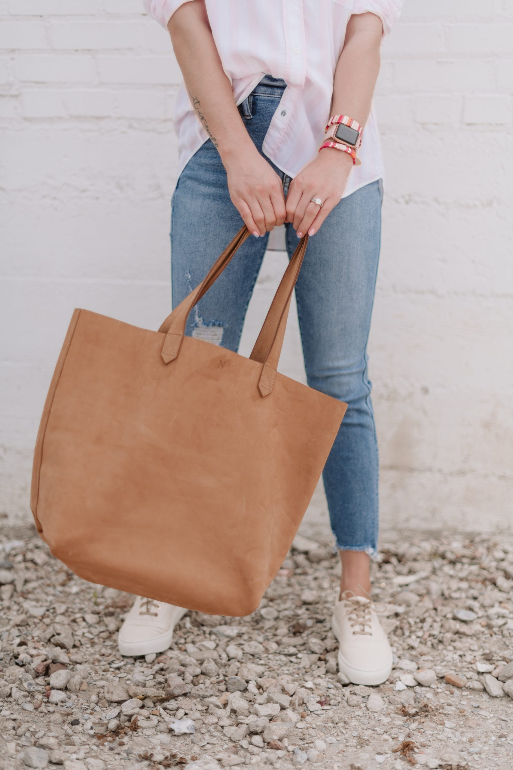 Houston fashion blogger Elly Brown wears Nisolo sneakers and Nisolo leather tote