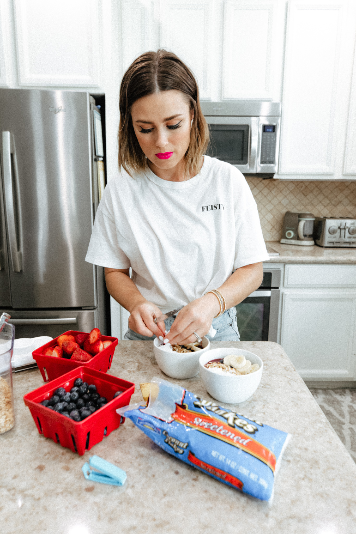 Looking for a SUPER Easy and Simple Acai Bowl Recipe? Blogger Elly Brown shares how she makes the yummiest acai bowl and how you can too!
