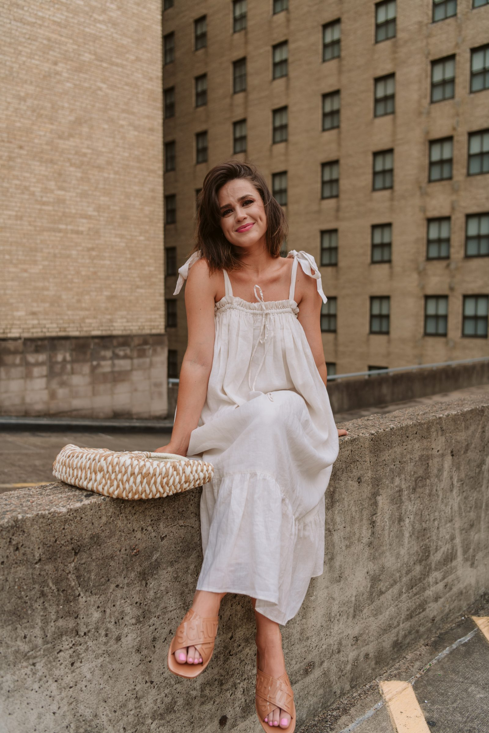 Houston Fashion Blogger Elly Brown wears a linen Summer dress with jelly slides for a fresh summer look!